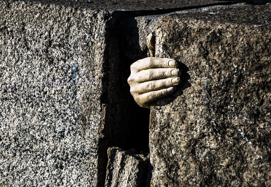 Ile potrzebujących dłoni chwyta się ostatniej deski ratunku? Pomoc to ważne zagadnienie, ale nie zawsze dobrze rozumiane, zastanówmy się! Hako Yamasaki - Help Me (Tsunawatari)