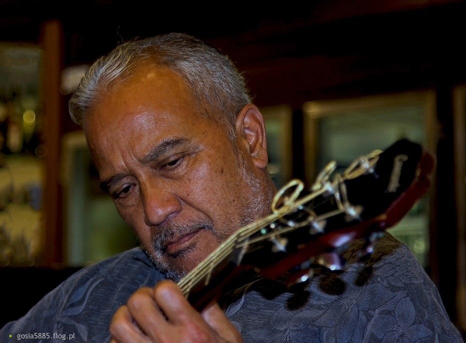 Hawajczyk z gitarą - cieplutko pozdrawiam z jesiennej Australii.