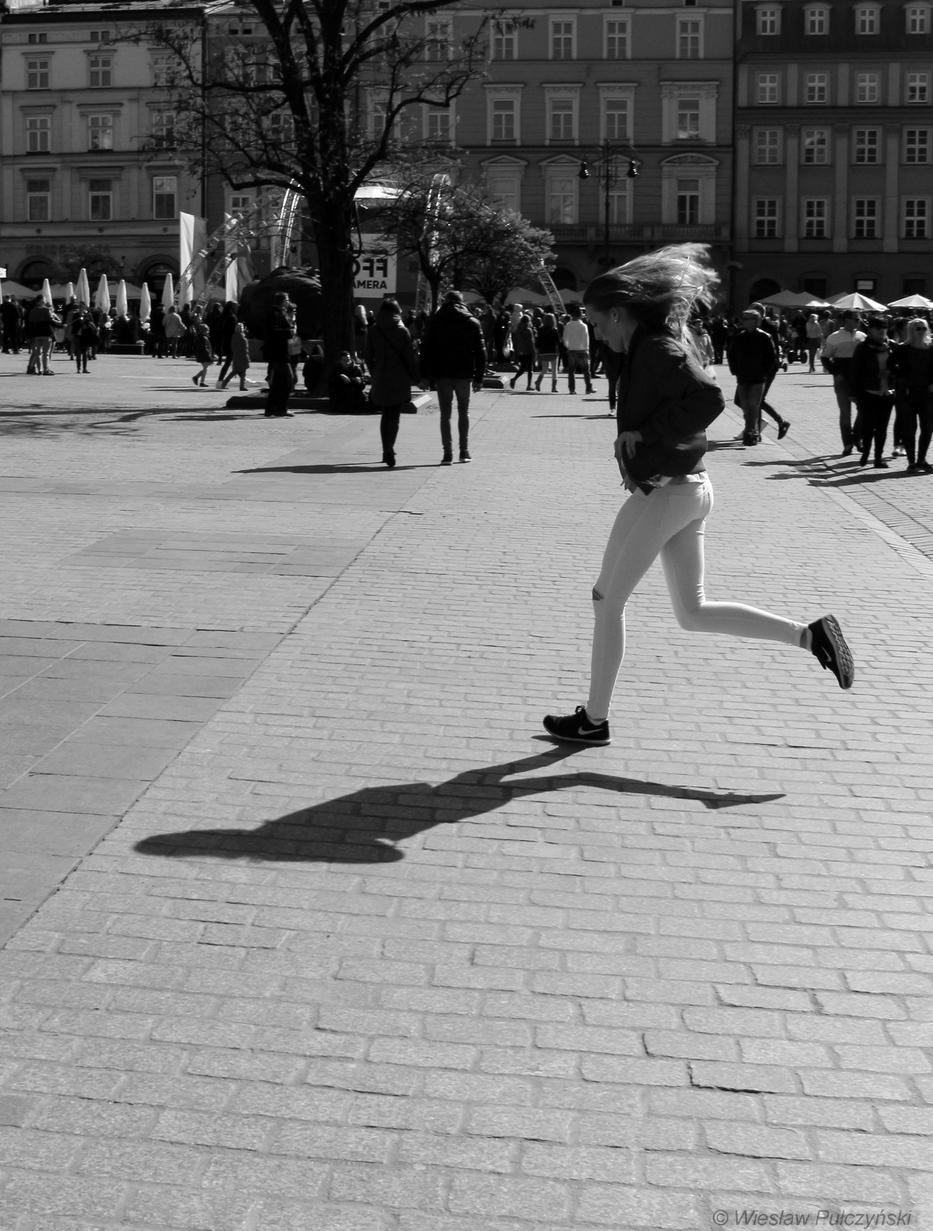 Kraków street photo... przechodząc obok