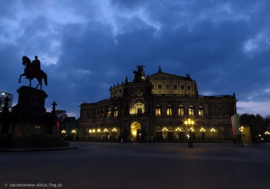 Przed drezdeńską Operą (Semperoper) pod wieczornym błękitem nieba.....