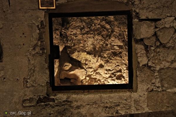 http://s22.flog.pl/media/foto_middle/11799194_izrael-jerozolima-bazylika-grobu-panskiego-golgota-peknieta-skala-po-krzyzu.jpg