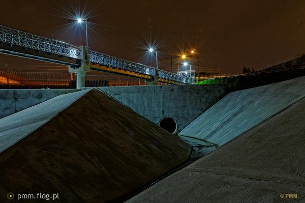 http://s22.flog.pl/media/foto_middle/11907156_wroclawskie-instalacje-noca.jpg