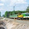 EN57-1923 :: Duet Dziewiętnastek, jako<br /> pociąg Kolei Mazowieckic<br />h linii R8, dojeżdża do s<br />emafora wjazdowego st